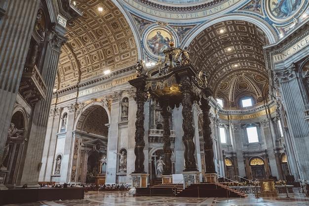 Roma, itália - 22 de junho de 2018: vista panorâmica do interior da basílica papal de são pedro (basílica de são pedro). é uma igreja renascentista italiana na cidade do vaticano, enclave papal dentro da cidade de roma Foto Premium
