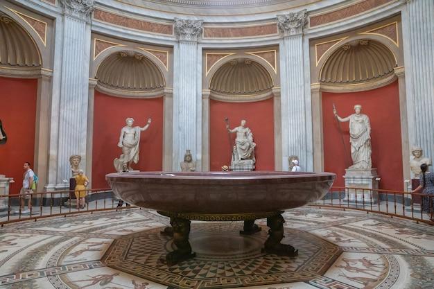 Roma, itália - 22 de junho de 2018: vista panorâmica do interior e detalhes arquitetônicos da galeria do museu do vaticano