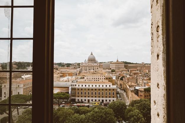 Roma, itália - 22 de junho de 2018: vista panorâmica sobre a basílica papal de são pedro (basílica de são pedro) no vaticano e a cidade de roma. dia de verão e céu dramático