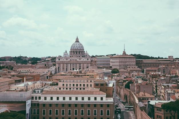 Roma, itália - 22 de junho de 2018: vista panorâmica sobre a basílica papal de são pedro (basílica de são pedro) no vaticano e na cidade de roma. dia de verão e céu dramático