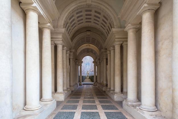 Roma, itália - 23 de agosto de 2018: prospettiva borromini (perspectiva borromini), corredor com colunas de mármore neste palácio de luxo