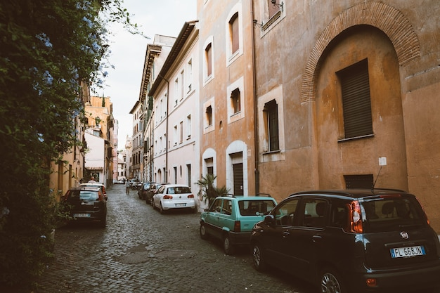Roma, itália - 23 de junho de 2018: vista de carros retrô na rua de trastevere é o 13º distrito de roma, na margem oeste do tibre, ao sul da cidade do vaticano