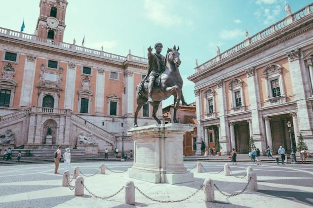 Roma, itália - 23 de junho de 2018: vista panorâmica do capitólio ou monte capitolino é uma das sete colinas de roma e a estátua equestre de marco aurélio é uma antiga estátua romana na piazza del campidoglio