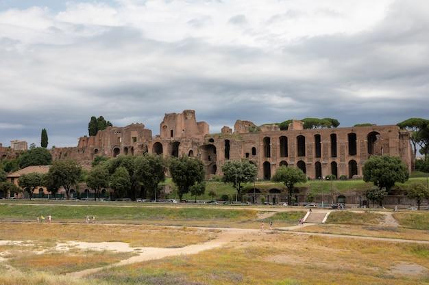 Roma, itália - 23 de junho de 2018: vista panorâmica do templo de apolo palatino no monte palatino da roma antiga e o circo máximo (circo massimo) é um antigo estádio de corrida romano e entretenimento de massa