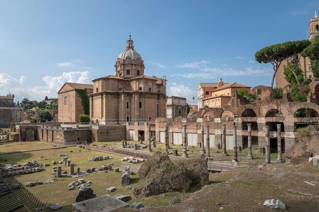 Roma, itália - 23 de junho de 2018: vista panorâmica do templo de vênus genetrix é um templo em ruínas, o fórum de césar também conhecido como fórum iulium, curia julia (senado) e a igreja santi luca e martina