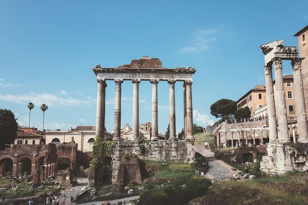 Roma, itália - 23 de junho de 2018: vista panorâmica do templo de vespasiano e tito está localizado em roma, no extremo oeste do fórum romano. é dedicado ao deificado vespasiano e seu filho, o deificado tito
