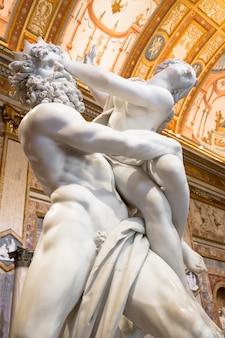 Roma, itália - 24 de agosto de 2018: obra-prima de gian lorenzo bernini, the rape of proserpina, datada de 1622