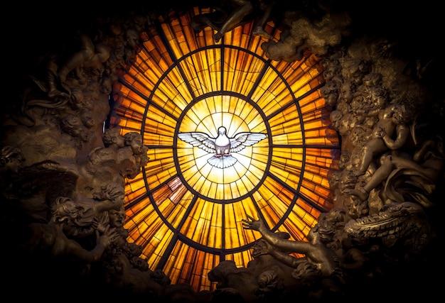 Roma, itália - 24 de agosto de 2018: trono bernini espírito santo pomba basílica de são pedro vaticano roma itália. bernini criou o trono de são pedro com o vitral âmbar da pomba do espírito santo em 1600
