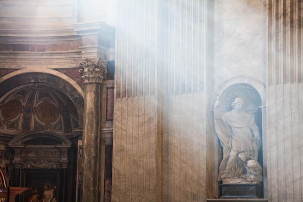 Roma itália 27 de outubro de 2008 raios de luz na catedral de são pedro do vaticano