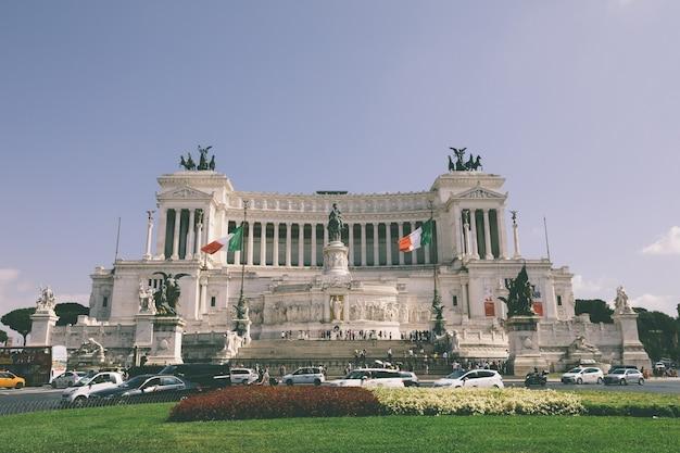 Roma, itália - 3 de julho de 2018 :: vista panorâmica frontal do museu vittorio emanuele ii monument, também conhecido como vittoriano ou altare della patria na piazza venezia, em roma. dia de verão e céu azul