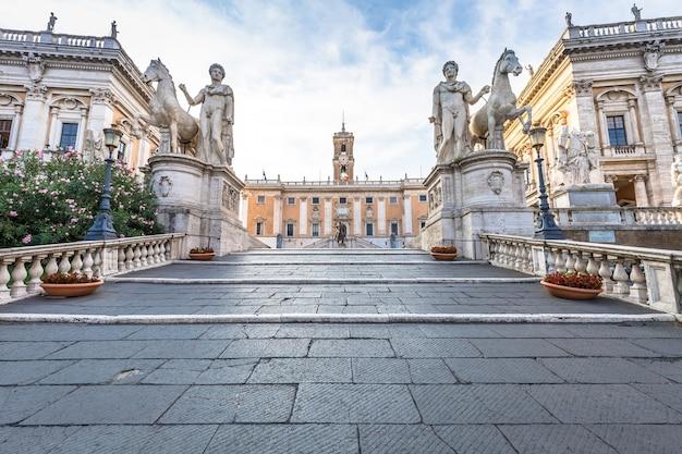 Roma, itália - cerca de agosto de 2020: escada para a praça do capitólio (piazza del campidoglio). feito por michelangelo, é a casa da prefeitura de roma (roma). luz do nascer do sol, antes da chegada do turista.