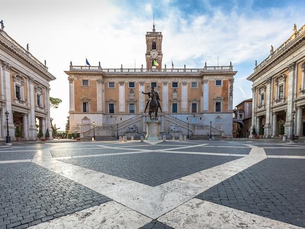 Roma, itália - cerca de agosto de 2020: praça do capitólio (piazza del campidoglio). feito por michelangelo, é a casa da prefeitura de roma (roma). luz do nascer do sol, antes da chegada do turista.