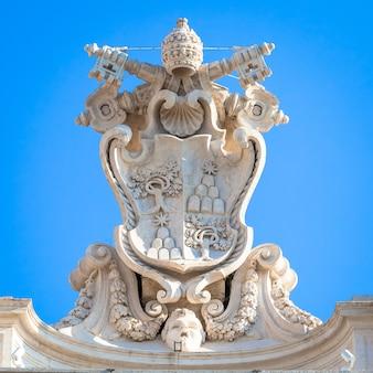 Roma, itália - circa de agosto de 2020: antigo símbolo do vaticano localizado na praça de são pedro