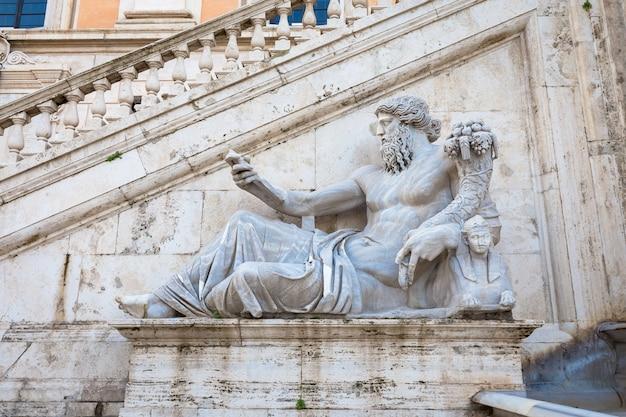 Roma, itália. vista da escadaria do palazzo senatorio, obra-prima do renascimento. sua rampa dupla de escadas foi projetada por michelangelo como parte do projeto da piazza del campidoglio.