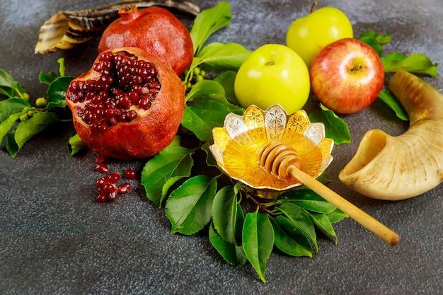 Romã, maçãs e mel para rosh hashanah ou yom kippur com chifre.