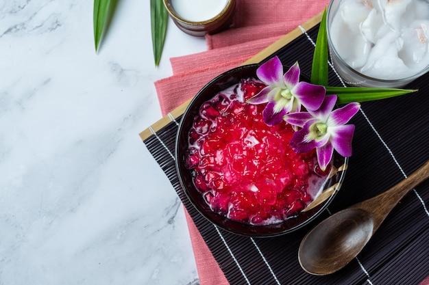 Romã simulada em xarope de coco, mandioca, sobremesa tailandesa.