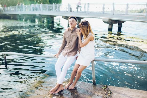 Roman tic jovem casal na água