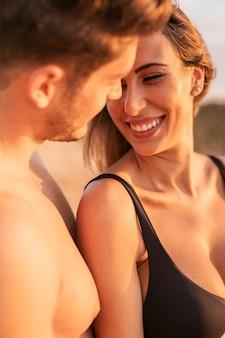 Romance de jovem casal close-up