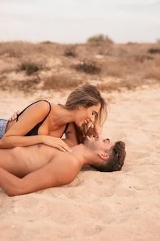 Romance do jovem casal na praia