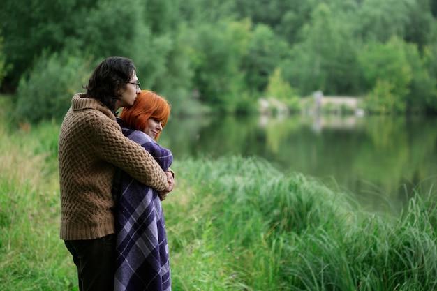 Romântico casal apaixonado, descansando na natureza