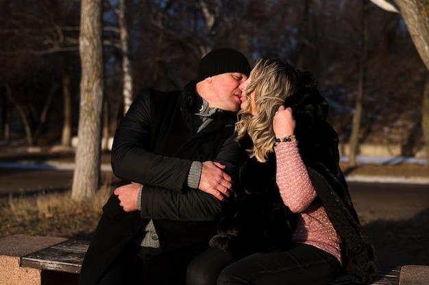 Romântico casal sênior se beijando