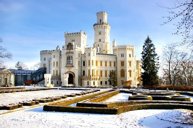 Romântico castelo branco na república tcheca
