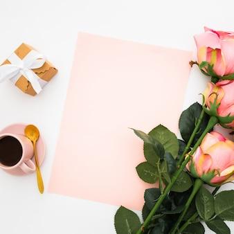 Romântico com rosas e café