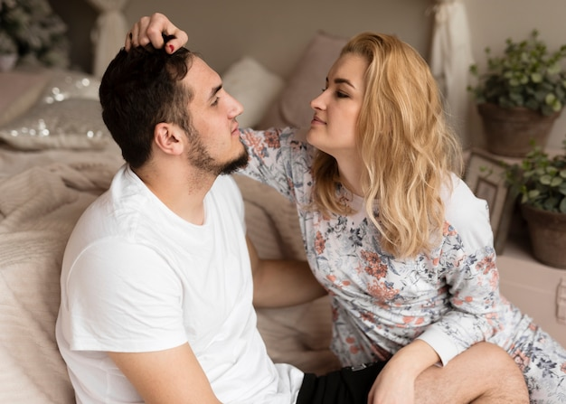 Romântico jovem e mulher relaxando juntos