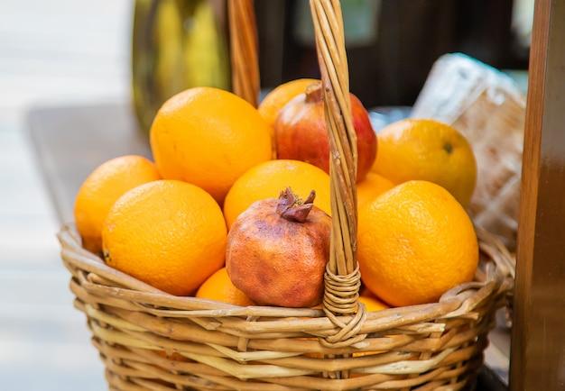 Romãs e laranjas são vendidas no mercado.