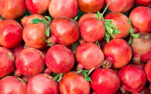 Romãs maduras. fundo de frutas brilhantes