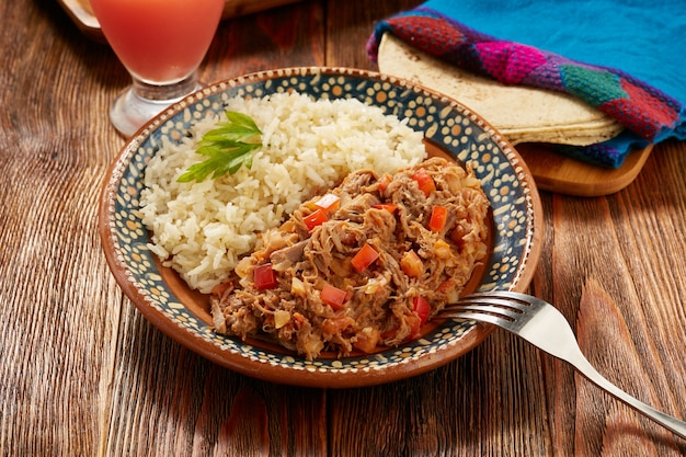 Ropa vieja comida típica mexicana de carne de ternera servida com arroz branco