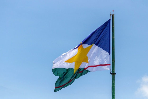 Roraima bandeira do estado brasileiro e um céu azul ao fundo