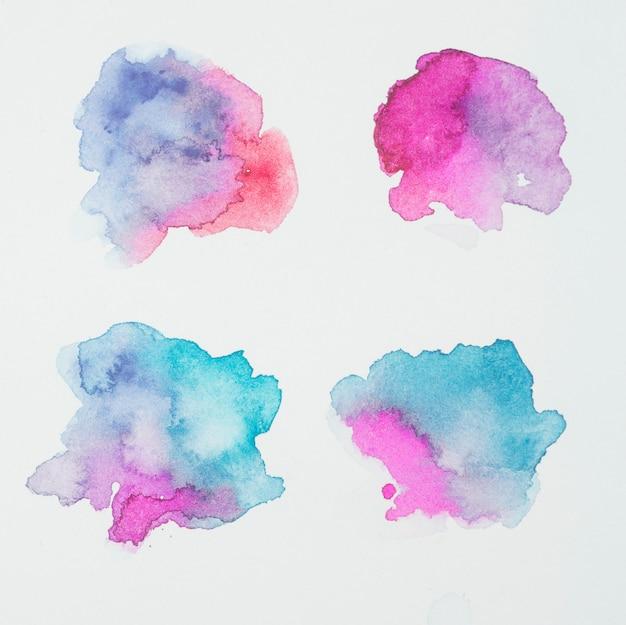 Rosa, azul e água-marinha borrões de tintas em papel branco