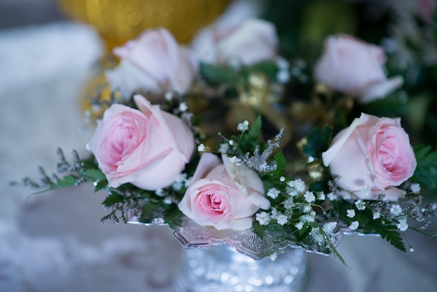 Rosa da noiva e do noivo para o peito bela igreja para cerimônia de casamento - imagens