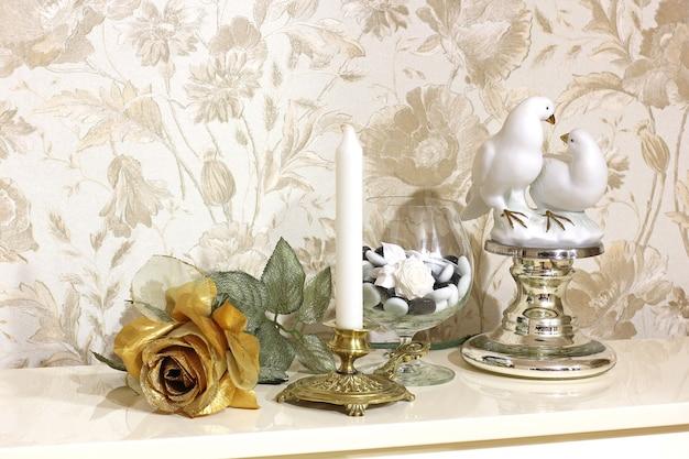 Rosa decorativa dourada com cenário interior