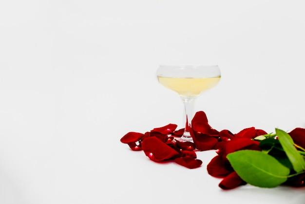 Rosa do vermelho e vidro do shampagne.