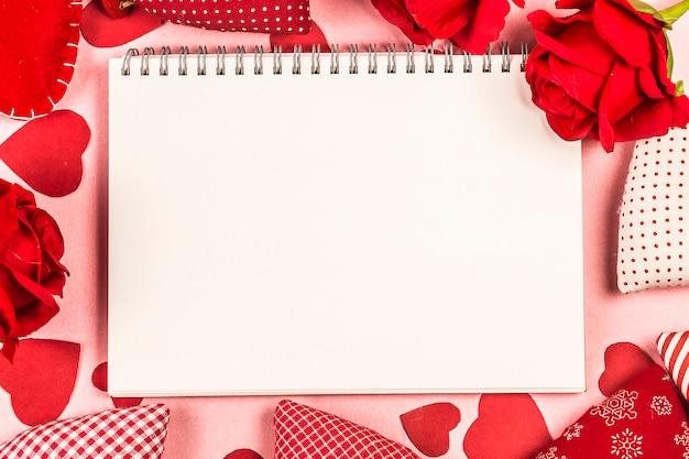Rosa e presente presente em fundo de madeira / dia dos namorados