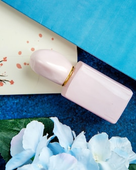 Rosa garrafa de perfume em cima da mesa