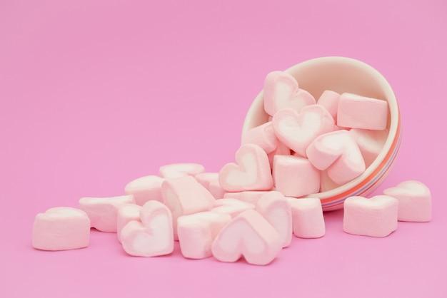 Rosa ouve marshmallow, corações de doces de marshmallow no fundo rosa