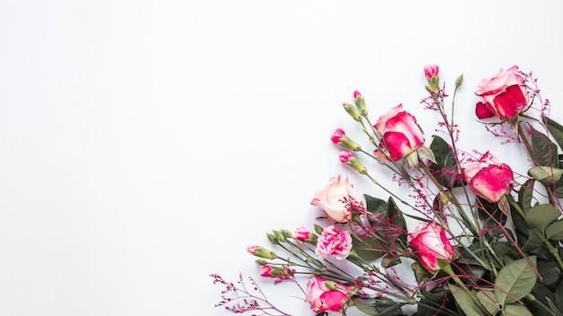 Rosa rosa flores na mesa de luz