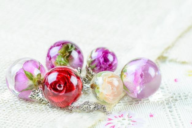 Rosa seca em colar de pingente de resina cristalina, pingente com uma rosa real,