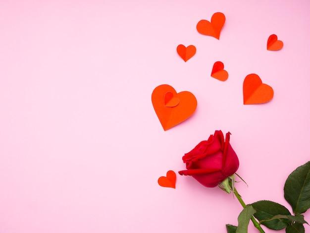 Rosa vermelha com papel de coração vermelho