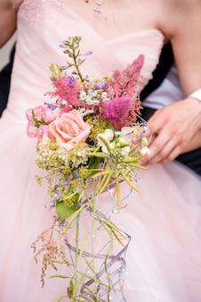Rosa vermelha como um buquê criativo de noiva decorado com pérolas