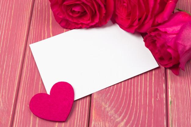 Rosa vermelha e cartão de presente em branco para texto
