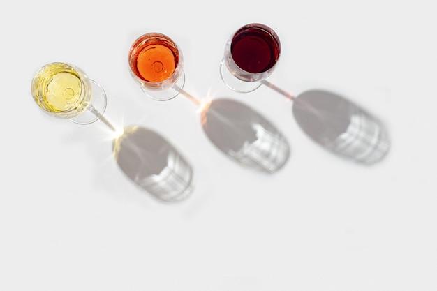 Rosa vermelha e vista superior do vinho branco à luz do sol