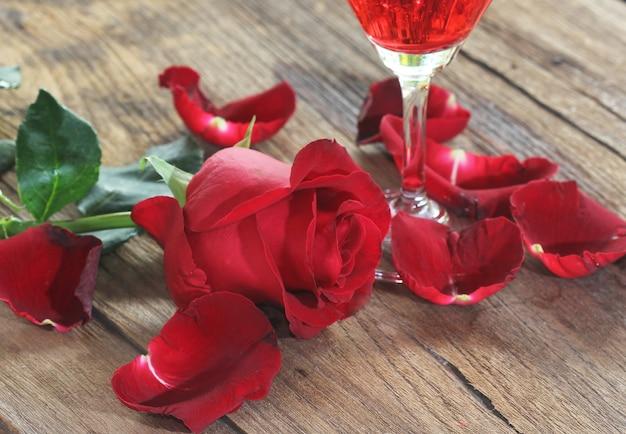 Rosa vermelha em fundo de madeira