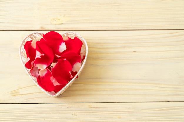 Rosa vermelha na madeira com copyspace