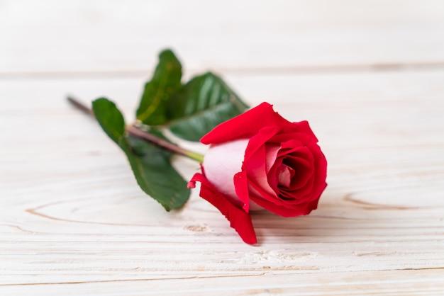 Rosa vermelha na madeira