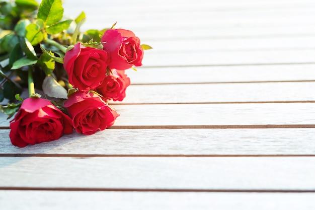Rosa vermelha na mesa de madeira