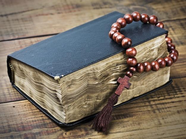 Rosário de madeira e a bíblia